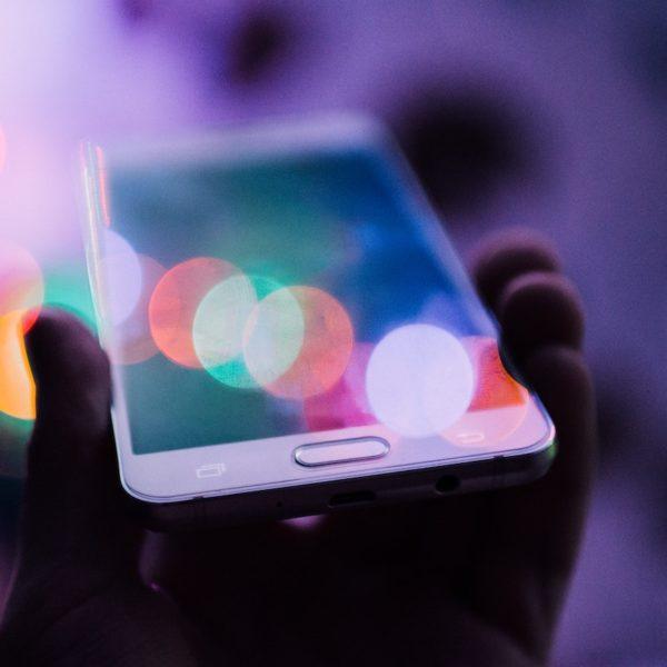 透明な次世代のスマートフォンが登場!